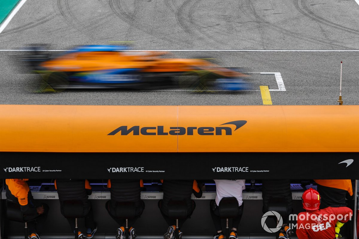Lando Norris, McLaren MCL35, passa il pit wall della McLaren