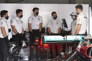Lewis Hamilton, Mercedes-AMG F1, in the garage with his team