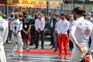 The drivers, officials, team personnel, friends and family assemble on the grid in tribute to late F2 racer Anthoine Hubert prior to the start