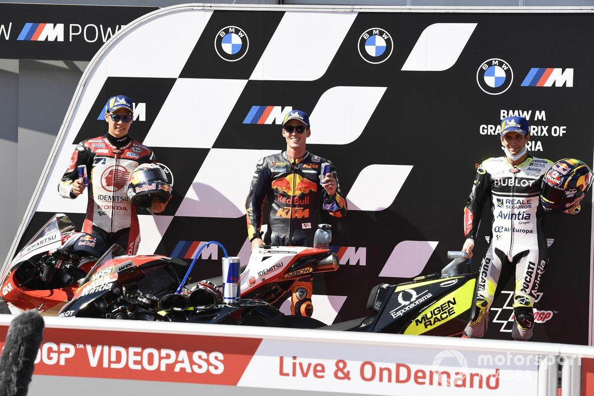 Los tres primeros de la calificación: segundo Takaaki Nakagami, Team LCR Honda, ganador de la pole Pol Espargaró, Red Bull KTM Factory Racing, y tercer puesto Johann Zarco, Avintia Racing