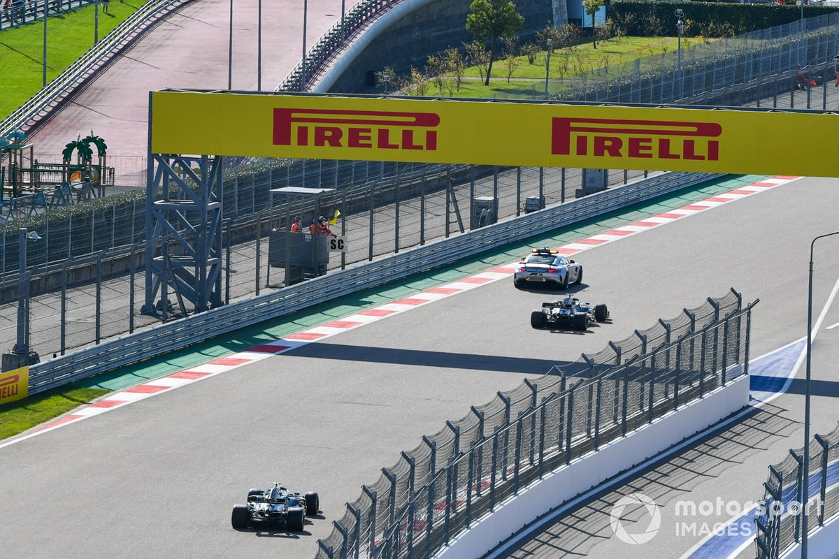 El Safety Car al frente de Lewis Hamilton, Mercedes F1 W11, and Valtteri Bottas, Mercedes F1 W11