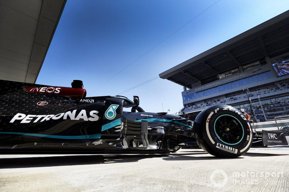 Lewis Hamilton, Mercedes F1 W11, lascia il garage