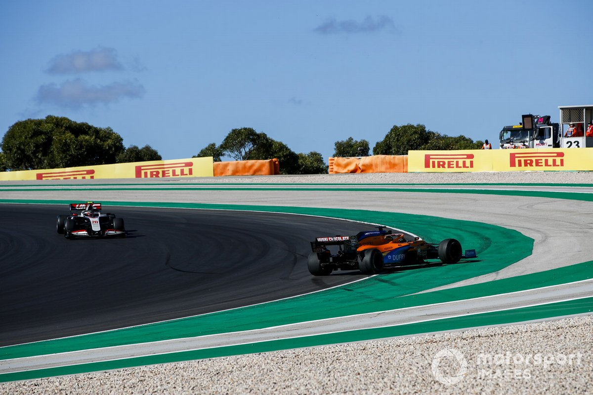 Testacoda di Carlos Sainz Jr., McLaren MCL35, mentre arriva Kevin Magnussen, Haas VF-20, che lo passa