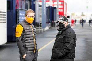 Andreas Seidl, director de McLaren y Norbert Vettel, padre de Sebastian Vettel, Ferrari