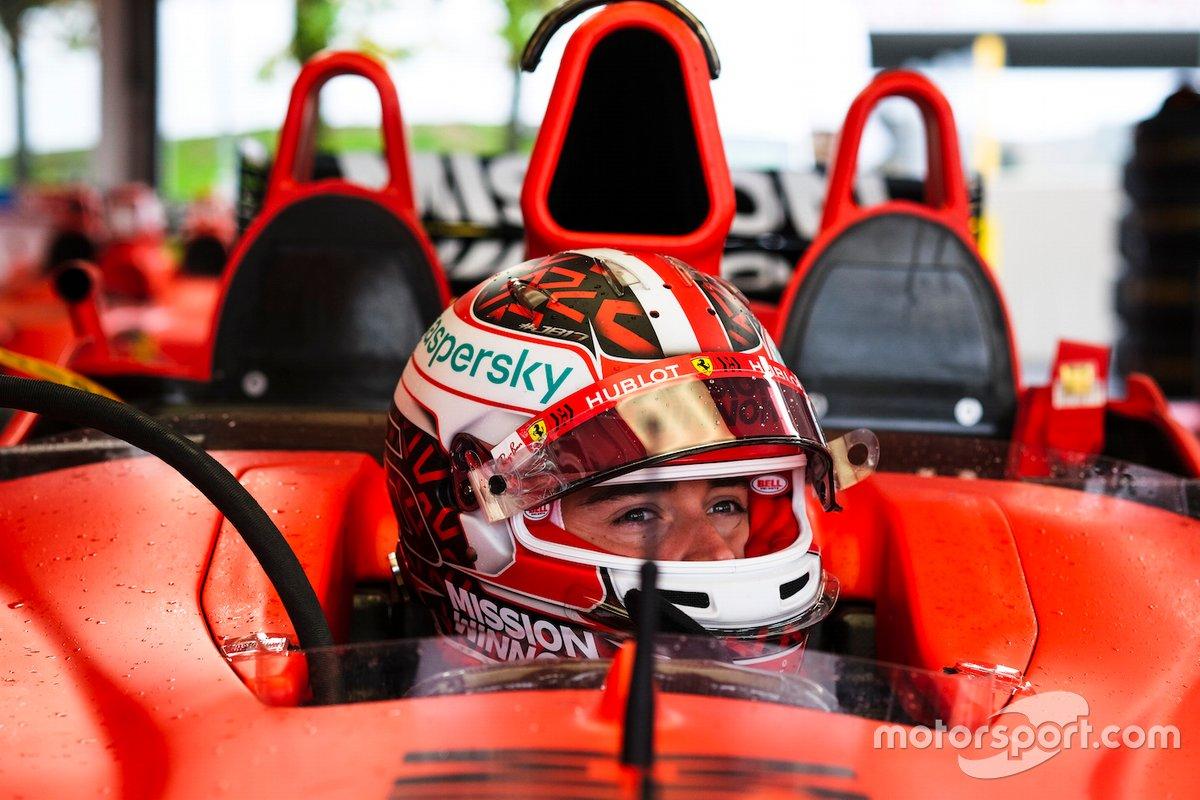 Charles Leclerc im Ferrari-Dreisitzer