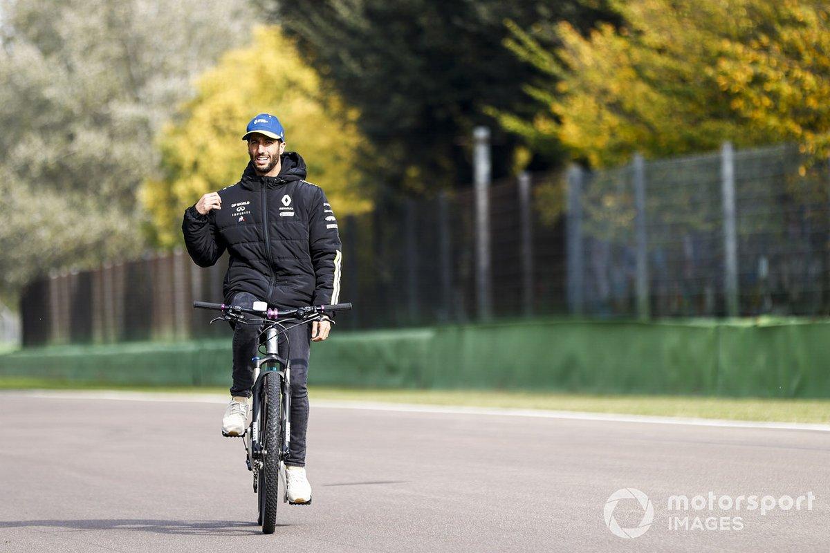 Даниэль Риккардо, Renault F1, едет по трассе на велосипеде без рук