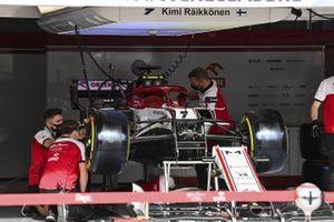 Alfa Romeo Racing mechanics build the car of Antonio Giovinazzi, Alfa Romeo Racing C39, in the garage