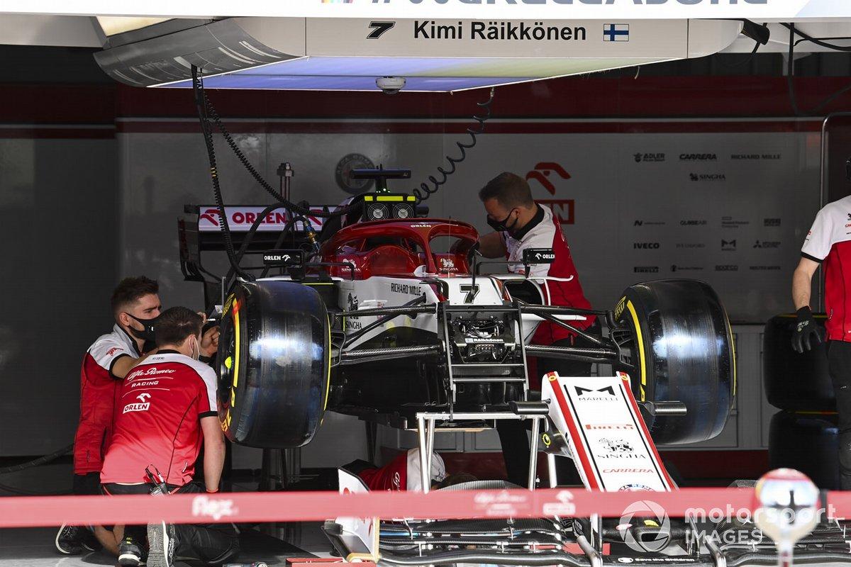 Un meccanico Alfa Romeo Racing lavora sull'auto di Antonio Giovinazzi, Alfa Romeo Racing C39, nel garage