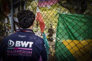 Sergio Perez, Racing Point, visita il luogo dell'incidente dove Ayrton Senna ha perso la vita nel 1994