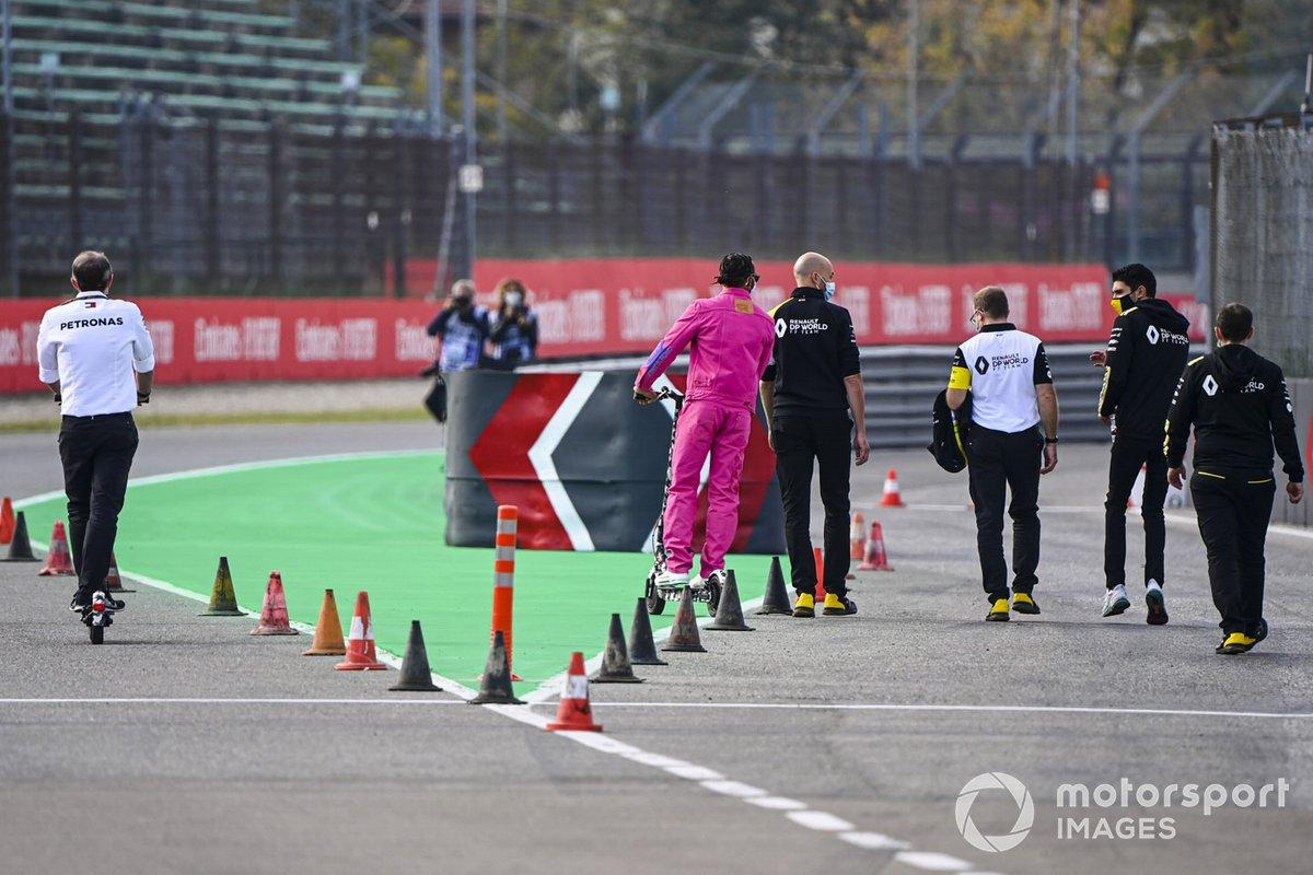 Lewis Hamilton, Mercedes-AMG F1, con Esteban Ocon, Renault F1