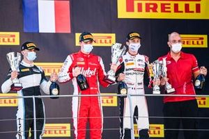 Jake Hughes, HWA Racelab, Race Winner Frederik Vesti, Prema Racing, Theo Pourchaire, ART Grand Prix and Winning Constructor Representative celebrate on the podium with the trophy and the champagne