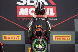 Jonathan Rea, Kawasaki Racing Team con il trofeo della vittoria del campionato e la medaglia
