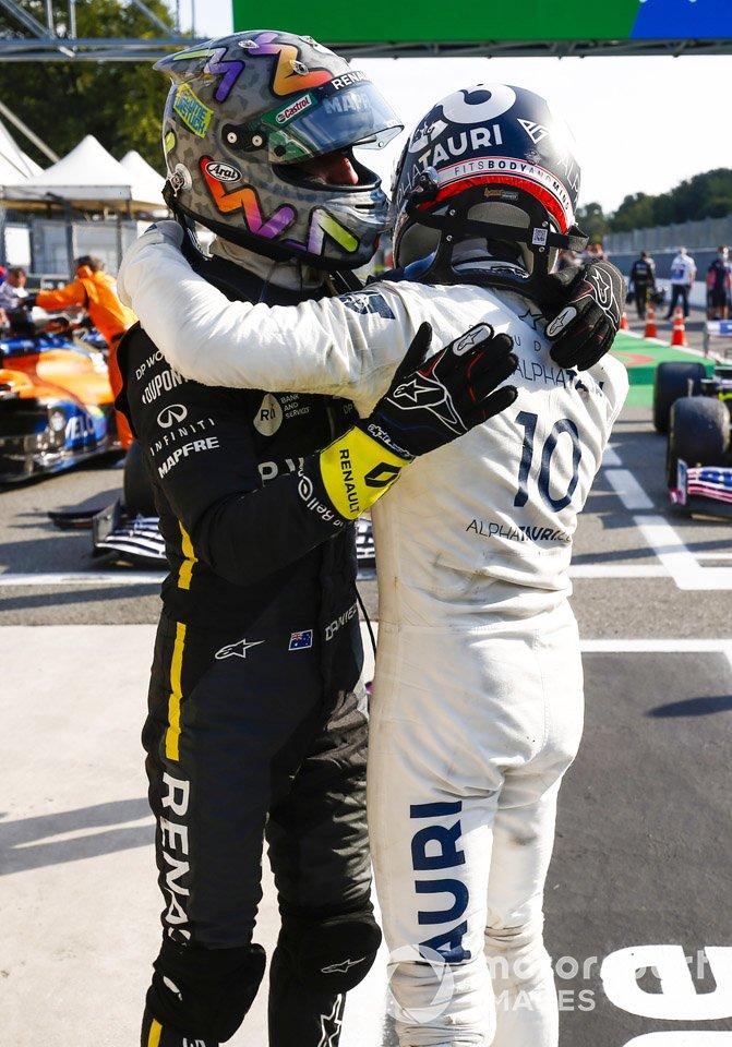 Ganador Pierre Gasly, AlphaTauri, celebra con Daniel Ricciardo, Renault F1 Team R.S.20