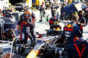 Alex Albon, Red Bull Racing getting into his car