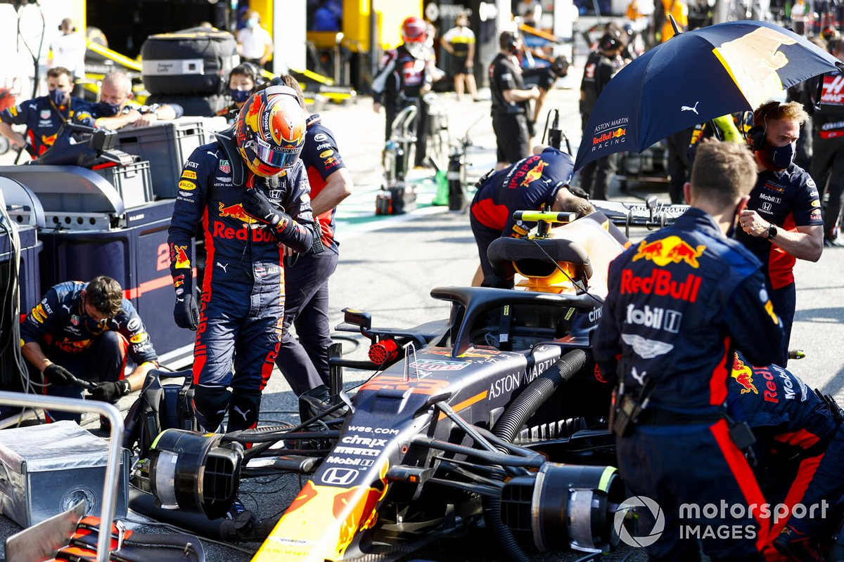 Alex Albon, Red Bull Racing entra en su monoplaza