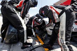 Bremsenwechsel: #912 Porsche GT Team Porsche 911 RSR - 19, GTLM: Laurens Vanthoor, Earl Bamber