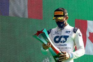 Le vainqueur Pierre Gasly, AlphaTauri, avec son trophée