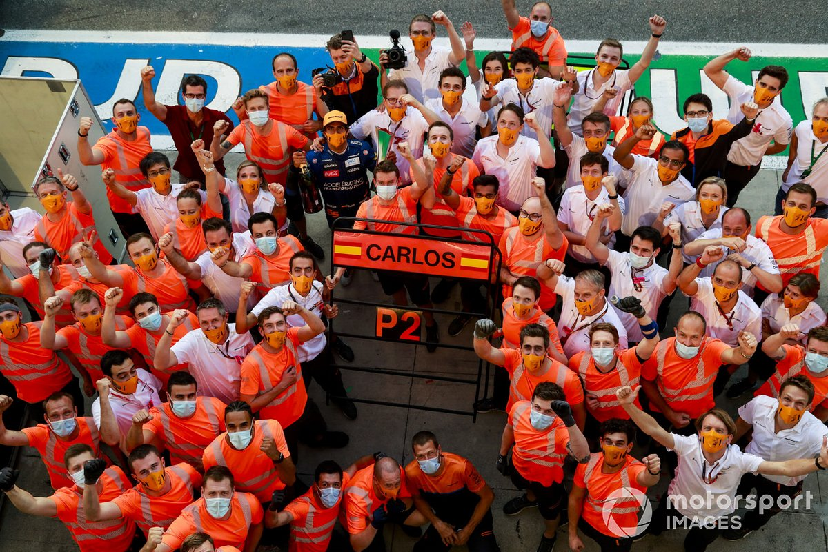 Carlos Sainz Jr., McLaren, 2nd position, Andreas Seidl, Team Principal, McLaren, and the McLaren team celebrate after the race