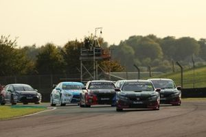 Start of Race 3, Josh Cook, BTC Racing Honda Civic Type R leads
