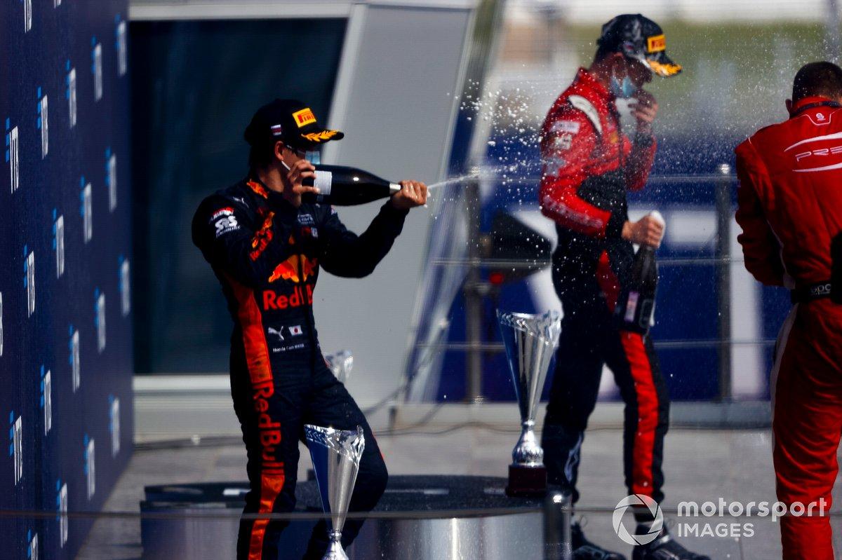 Yuki Tsunoda, Carlin festeggia sul podio con lo champagne