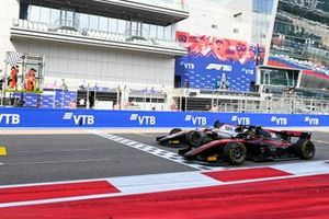 Luca Ghiotto, Hitech Grand Prix and Callum Ilott, UNI-Virtuosi cross the finish line