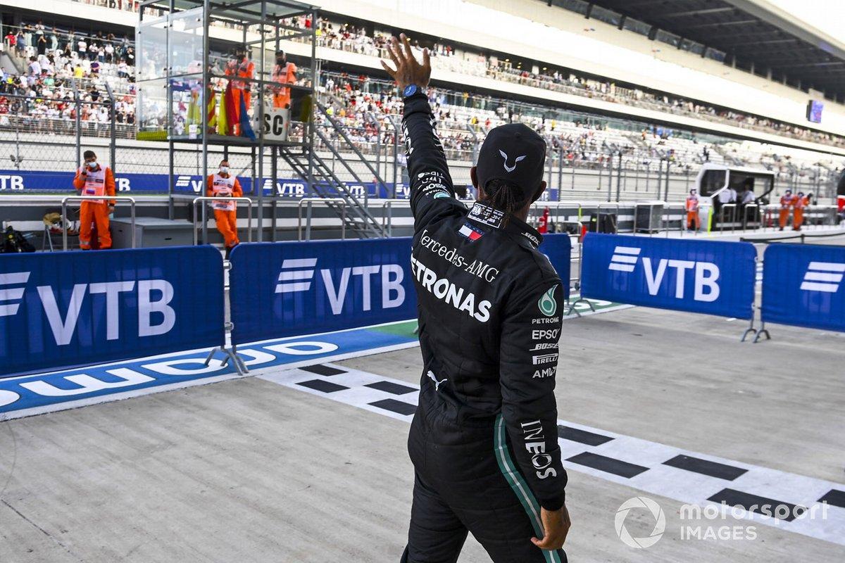 Ganador de la pole position Lewis Hamilton, Mercedes-AMG F1 celebra