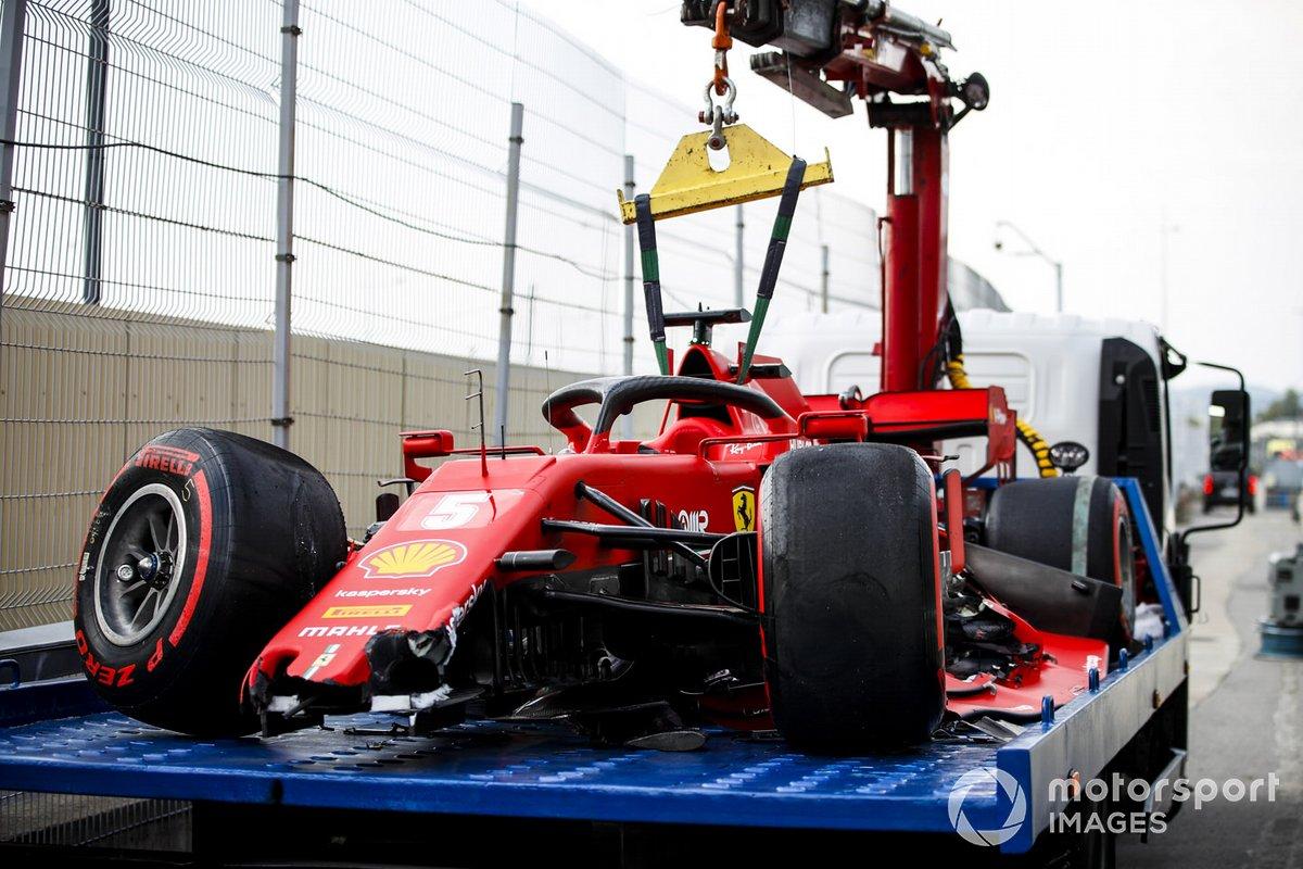 I danni dell'auto di Sebastian Vettel, Ferrari SF1000, sul carroattrezzi