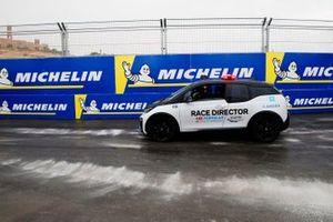 Le directeur de course Scot Elkins dans une BMW i3