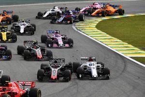 Marcus Ericsson, Sauber C37 y Romain Grosjean, Haas F1 Team VF-18 se tocan al inicio