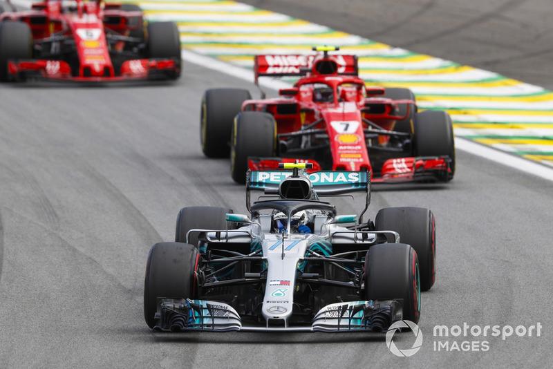 Valtteri Bottas, Mercedes AMG F1 W09 EQ Power+, lidera a Kimi Raikkonen, Ferrari SF71H, y Sebastian Vettel, Ferrari SF71H