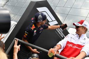 Daniel Ricciardo, Red Bull Racing takes a selfie and Marcus Ericsson, Sauber on the drivers parade