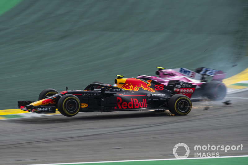 El líder de la carrera Max Verstappen, Red Bull Racing RB14 choca con Esteban Ocon, Racing Point Force India VJM11
