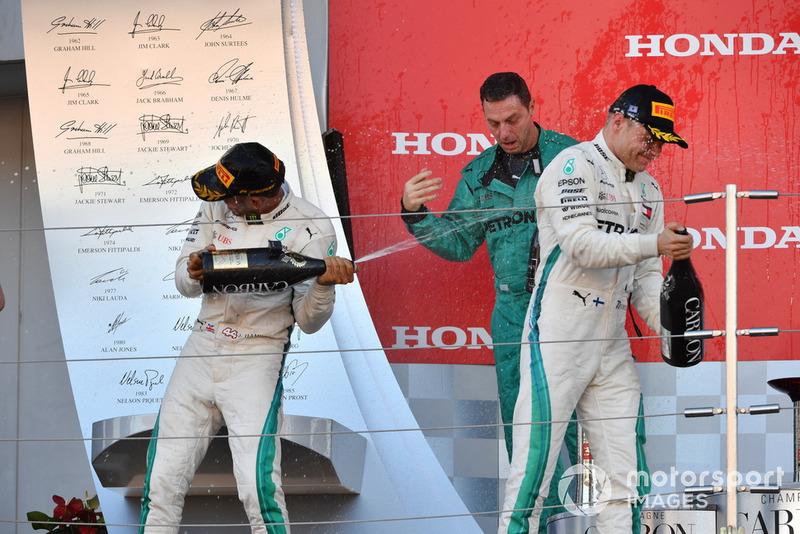 Lewis Hamilton, Mercedes AMG F1, Matt Deane y Valtteri Bottas, Mercedes AMG F1