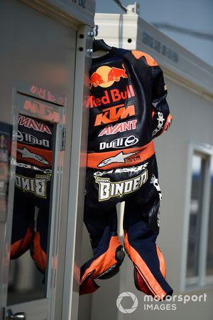La tuta di Darryn Binder, Red Bull KTM Ajo