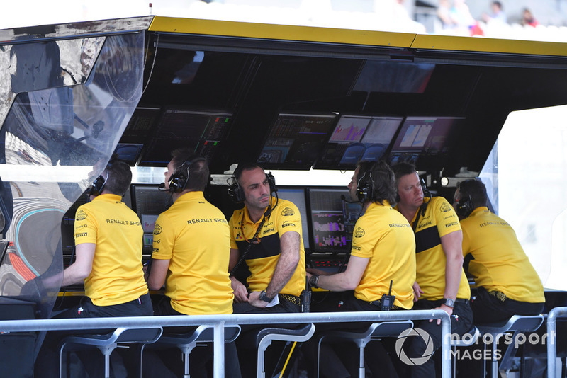 Cyril Abiteboul, Managing Director, Renault Sport F1, al muretto box