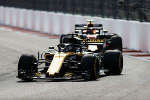 Nico Hulkenberg, Renault Sport F1 Team R.S. 18, leads Max Verstappen, Red Bull Racing RB14