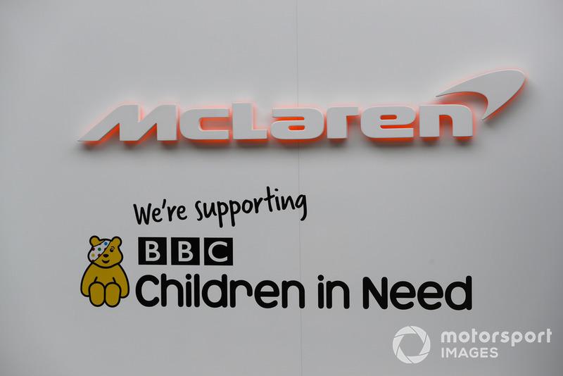 Insegna McLaren in supporto della campagna di beneficenza BBC Children in Need