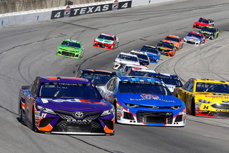 Denny Hamlin, Joe Gibbs Racing, Toyota Camry FedEx Office and #1: Jamie McMurray, Chip Ganassi Racing, Chevrolet Camaro Sherwin-Williams