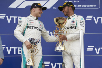 Lewis Hamilton, Mercedes AMG F1 e Valtteri Bottas, Mercedes AMG F1, sul podio con i loro trofei