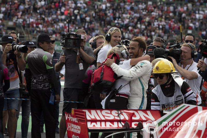 Lewis Hamilton, Mercedes AMG F1 y Angela Cullen, PA, fisio y entrenadora celebran en parc ferme