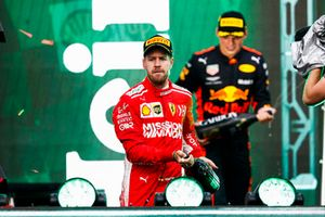 Sebastian Vettel, Ferrari, 2° classificato, e Max Verstappen, Red Bull Racing, 1° classificato, spruzzano lo Champagne sul podio