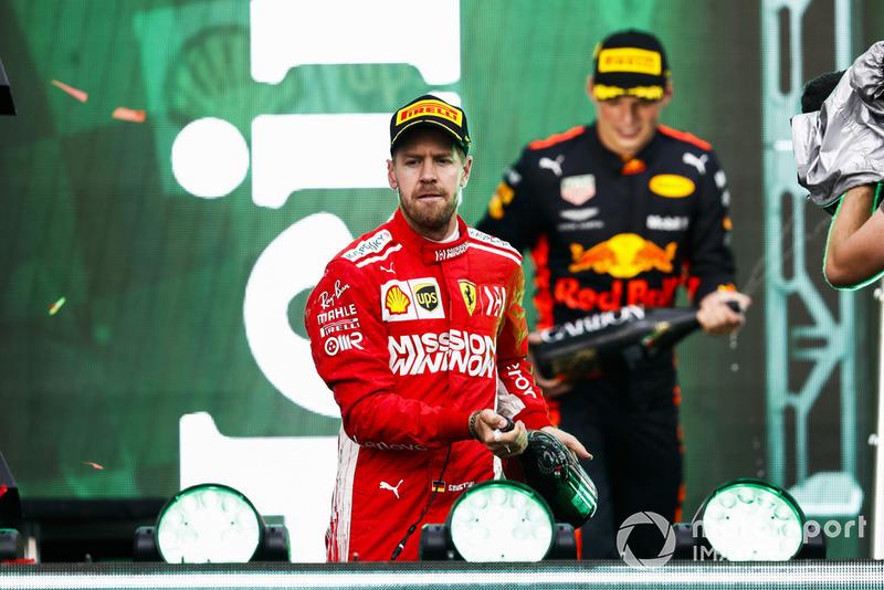Podio: segundo lugar Sebastian Vettel, Ferrari, y el ganador de la carrera Max Verstappen, Red Bull Racing