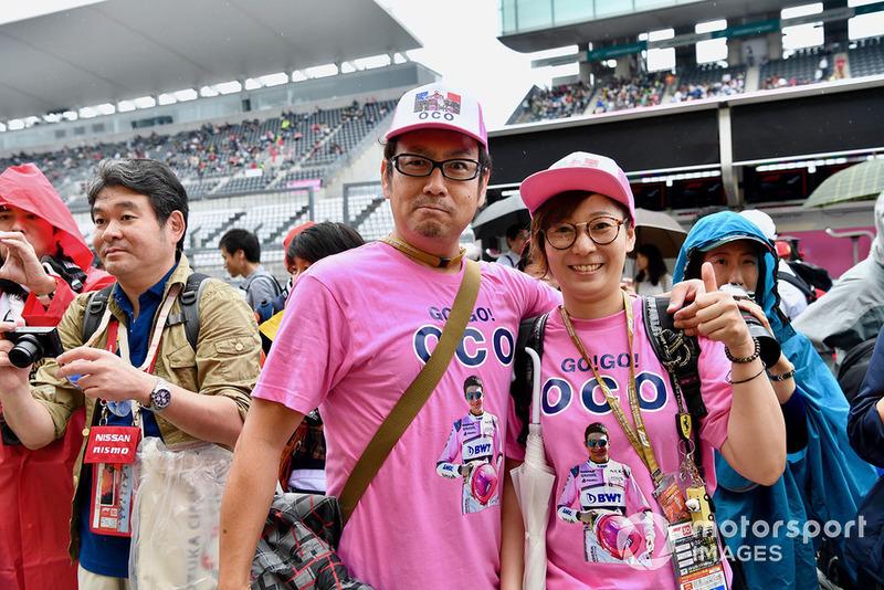 Болельщики Эстебана Окона с надписями OCO на одежде – как в графике ТВ-трансляции