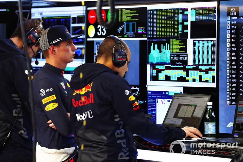 Max Verstappen, Red Bull Racing, étudie les données avec son équipe