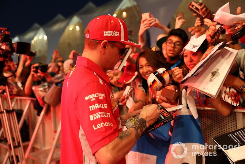 Kimi Raikkonen, Ferrari firma autógrafos para los aficionados.