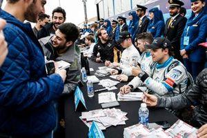 Felipe Massa, Venturi Formula E, pouce levé lors de la séance d'autographes