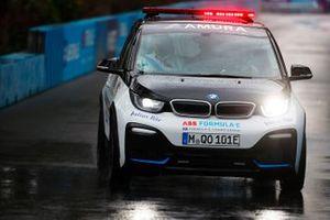 Руководитель гонки Скот Элкинс едет по трассе на BMW i3