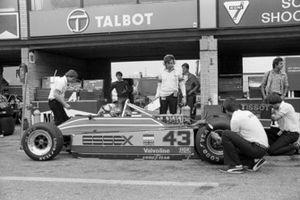 Nigel Mansell (GBR) Lotus 81B crasht na een remprobleem