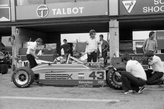 Nigel Mansell (GBR) Lotus 81B chocó y queda fuera de la carrera en la vuelta 16 cuando sus frenos fallaron