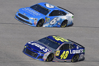 Jimmie Johnson, Hendrick Motorsports, Chevrolet Camaro Lowe's Rookie Throwback and Matt Kenseth, Roush Fenway Racing, Ford Fusion Wyndham Rewards